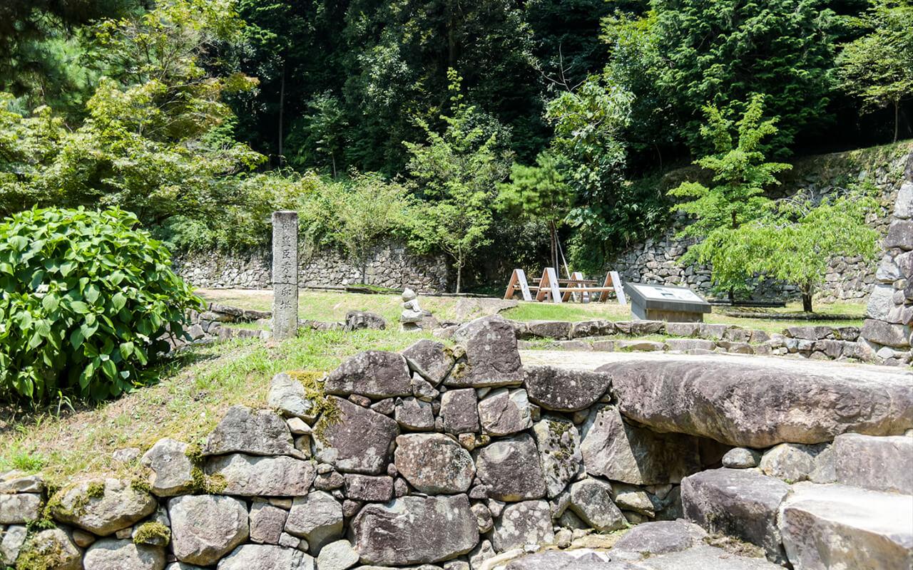 大手道旁之修復石垣,傳為羽柴秀吉之邸址