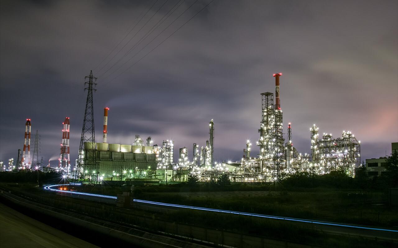 四日市石油南工廠夜景。